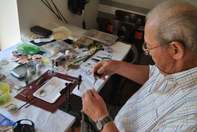 Hervé, en pleine création de mouche. (Photo: BB/ Rue89 Strasbourg)