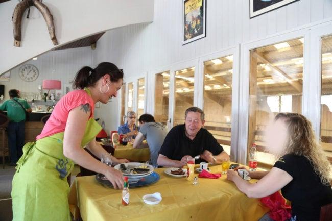 Marc et sa femme continuent de venir régulièrement déjeuner au club-house (photo LL / Rue89 Strasbourg / cc)