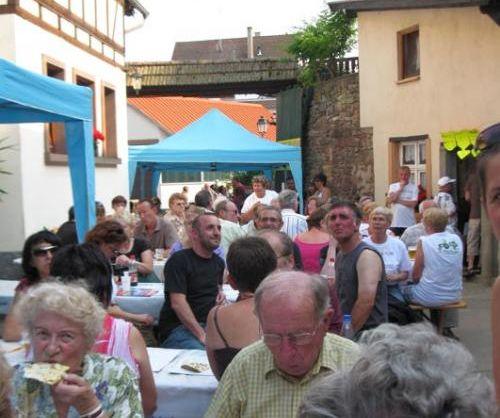 Chaque année dans la cour de la ferme Wolff, c'est musique et tartes flambées (Photo Les Semailles)