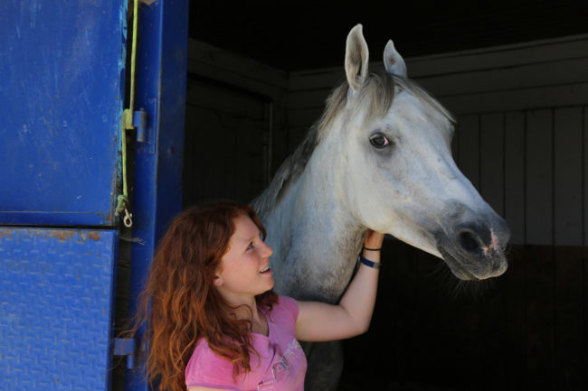 Léa-Marie et son jeune cheval Nadir (photo LL / Rue89 Strasbourg / cc)