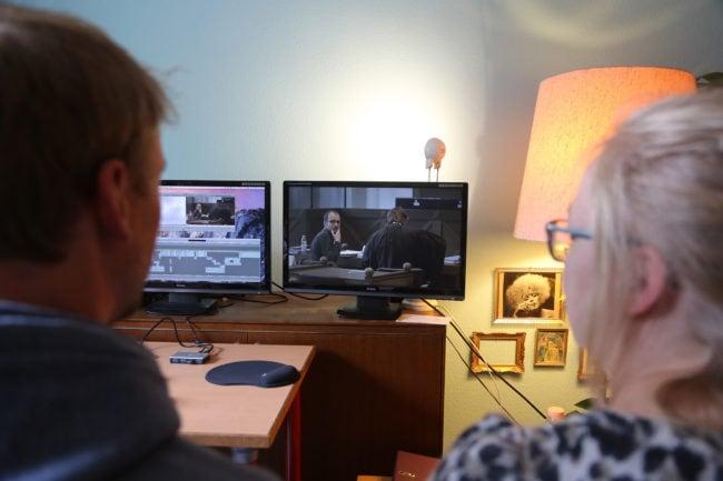 Les réalisateurs devant leur banc de montage regardent Antoine sur le banc des accusés (photo LL / Rue89 Strasbourg)