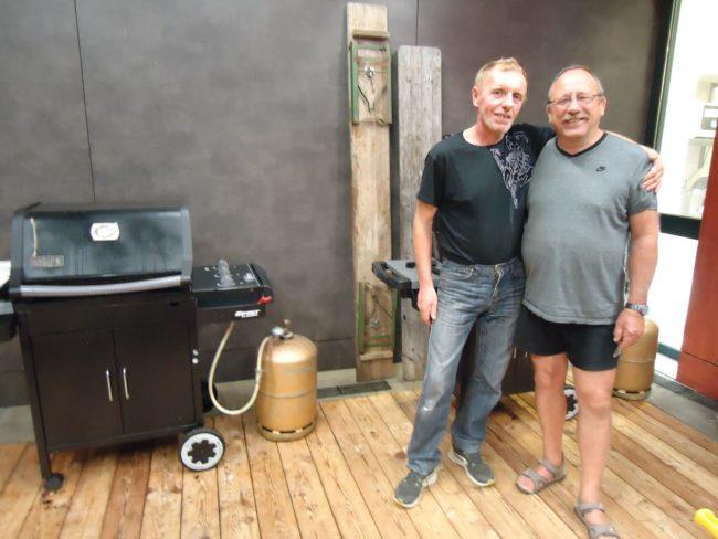 Charles et Jacky se sont activés au barbecue, sans oublier les légumes préparés par Isabelle, pour commencer la saison en pleine santé (Photo MB / Rue89 Strasbourg)