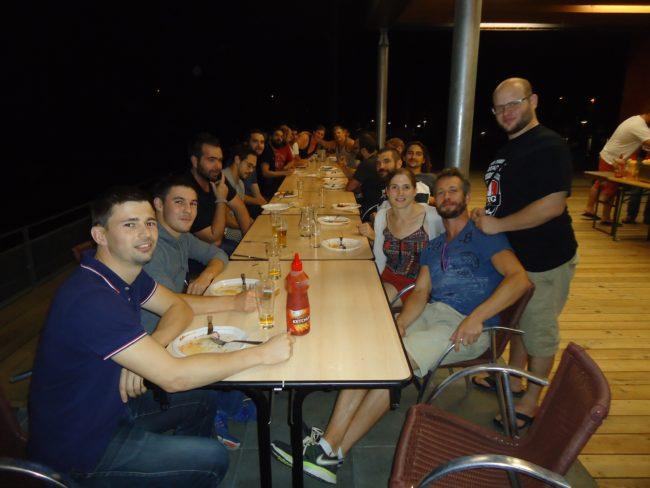 """La grande tablée du vendredi soir après l'entrainement... Avec """"Chacha"""", qui s'occupe des équipes séniors masculines. (Photo MB/ Rue89 Strasbourg)"""
