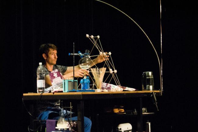 Un peu crispé avant le début du spectacle, Lénaïc Eberlin vérifie ses ustensiles. (Photo: BB/Rue89 Strasbourg)