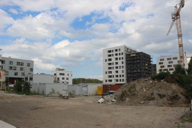 En blanc, le bâtiment l'Horizome, avec 35 logements et des commerces (photo JFG / Rue89 Strasbourg)
