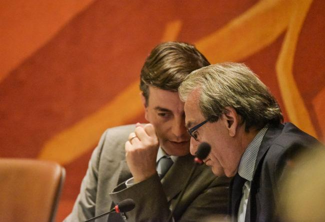 Echanges hors micro entre le maire Roland Ries (à droite) et son premier adjoint Alain Fontanel (à gauche) (Photo Pascal Bastien)