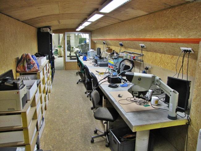 Un espace est réservé aux travaux informatiques et/ou électroniques à La Fabrique (photo SC / Rue89 Strasbourg)