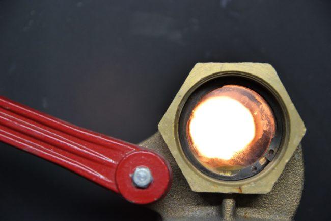 Le four à bois de la chaufferie du Wacken monte à une température de 850° C. Eco2Wacken espère commercialiser les cendres de ses combustibles biomasse pour en tant qu'engrais. (Photo : Claire Gandanger / Rue89 Strasbourg / cc)