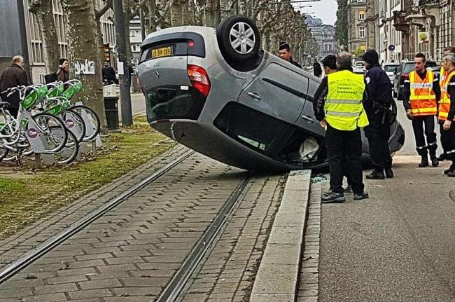 Une voiture se retourne sur le toit et atterrit sur les rails du tram
