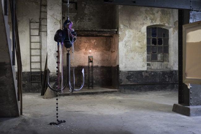 l'une des salles arrière, où l'on aperçoit les oeuvres de Daniela Caderas et de Jisook Min (photo David Betziznger)