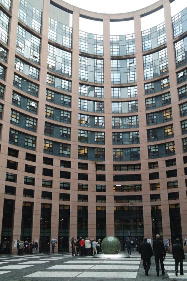 Lors des sessions strasbourgeoises, les eurodéputés arrivent le lundi après-midi au bâtiment Louise Weiss du Parlement Européen (Photo DL/Rue 89 Strasbourg/cc)