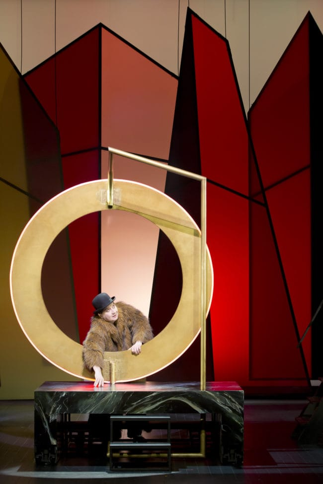 Conférence-performance d'Arthur Cravan, joué par Michel Fau (Photo Giovanni Cittadini Cesi)