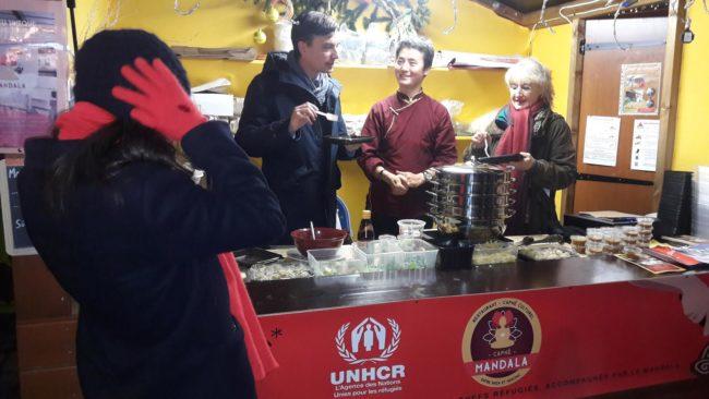 Alain Fontanel et Marie-Dominique Dreyssé en pleine dégustation de momos tibétains (Document remis / Mandala)