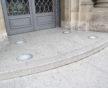 Devant la préfecture, des encastrés au sol pour bien éclairer l'entrée (Photo DL/Rue 89 Strasbourg/cc)