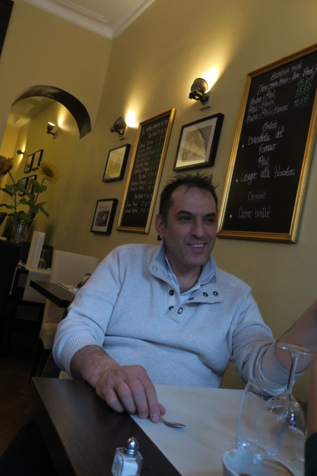 Massimo, créateur et chef du Monteleone, se prête au jeu du Refugee Food Festival (Photo SD / Rue89 Strasbourg)