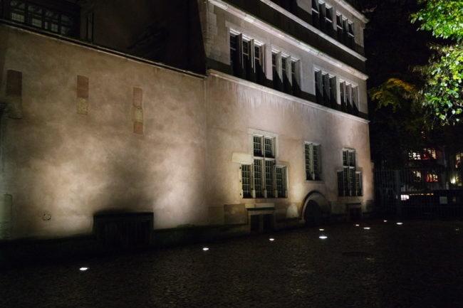 Tous les soirs, la Ville éclaire la Place du Château avec des encastrés au sol (Photo DL/Rue 89 Strasbourg/cc)