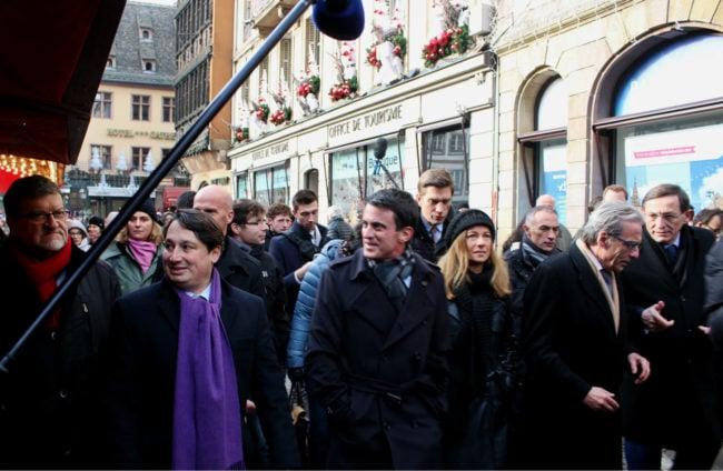 Manuel Valls, accompagné de sa femme et de nombreux soutiens socialistes strasbourgeois lors de son passage au marché de Noël (photo JFG / Rue89 Strasbourg)