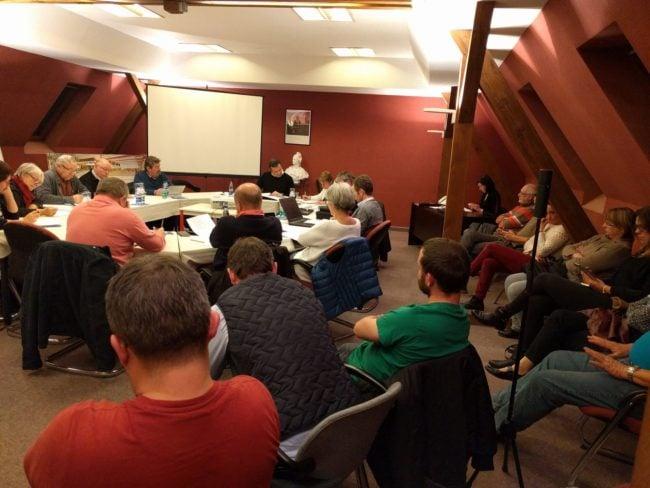 Une quinzaine de personnes s'étaient déplacés pour le conseil municipal de novembre. Mais le maire a choisi le huis clos pour faire voter le soutien juridique de la commune (Photo PF / Rue89 Strasbourg / cc)