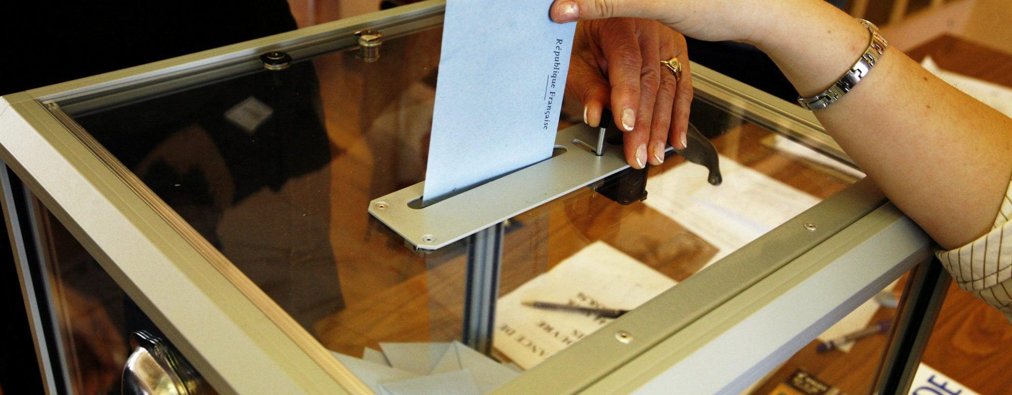 Agent d'accueil et gel hydroalcoolique, dans les bureaux de vote ce dimanche contre le coronavirus