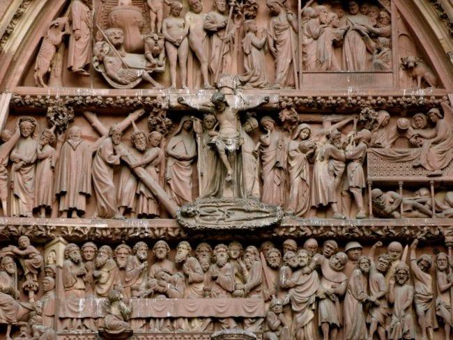 Qui sont tous ces gens sur le fronton de la cathédrale de Strasbourg ? Actuellement, c'est à l'école publique que les enfants l'apprennent (Photo NewFormula / FlickR / cc)