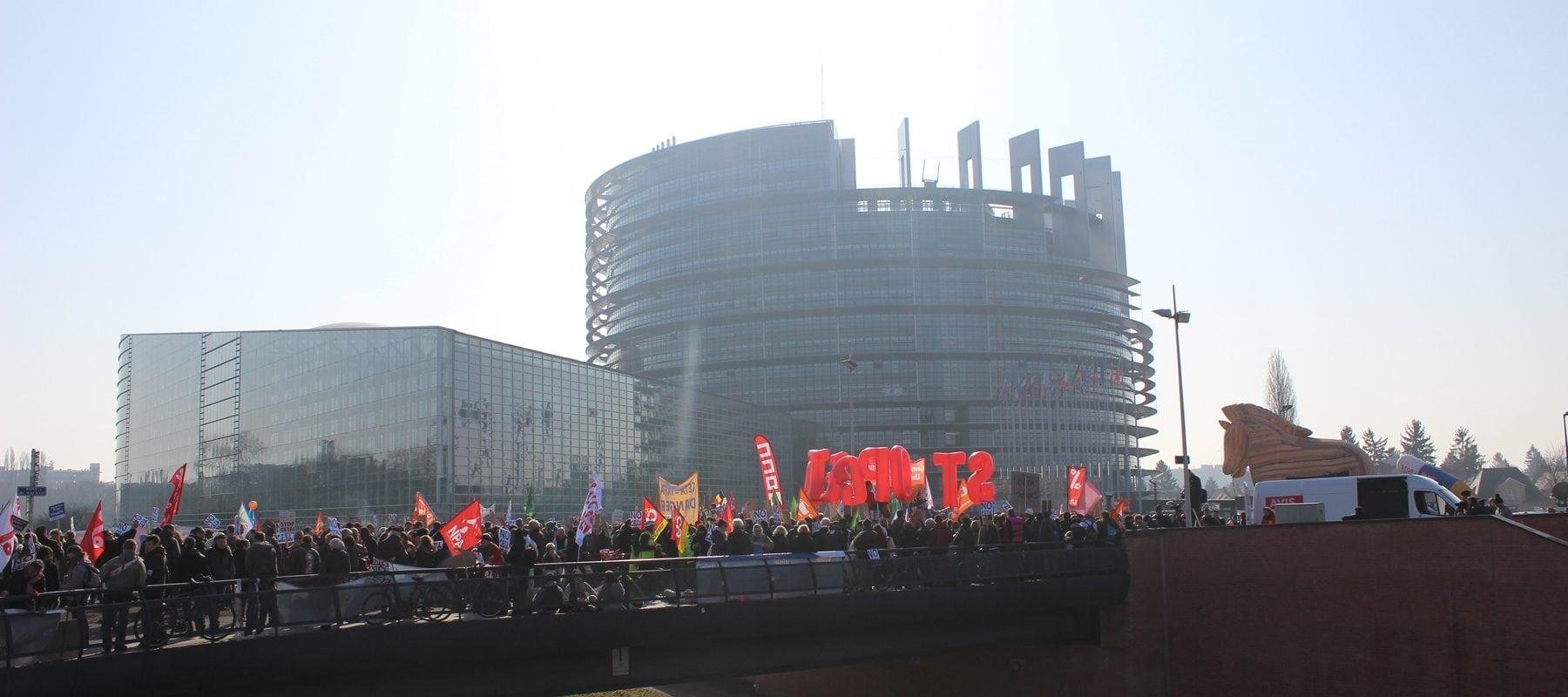 Devant le Parlement européen: l'espace pour manifester va disparaître