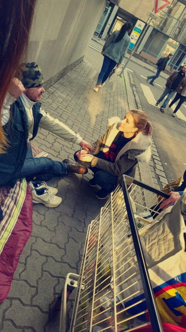 Anka vient à la rencontre d'un sdf et tente de leur venir en aide (Photo CG / Rue89 Strasbourg / cc)