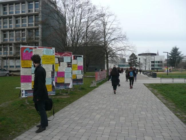 Un peu avant 8h, les premiers arrivants ralentissaient le pas pour lire (Photo DL/Rue 89 Strasbourg/cc)