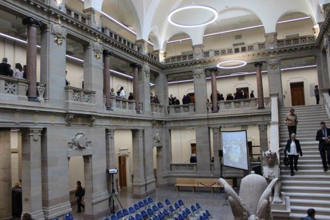 Les volutes et les mosaïques de la salle des pas perdus sont restés intacts (Photo JFG / Rue89 Strasbourg)