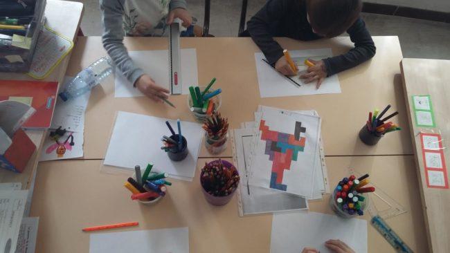 L'atelier géométrie consiste à produire des dessins à base de figures géométriques.