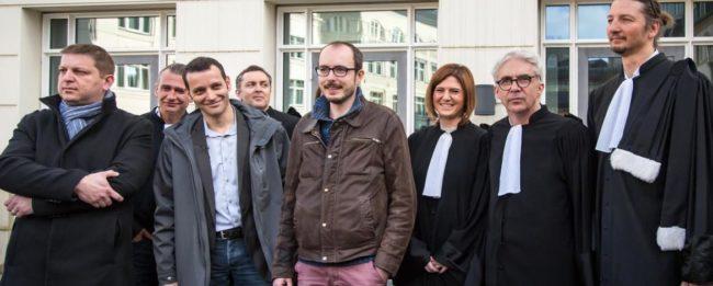Raphaël Halet, Edouard Perrin, Antoine Deltour et leurs avocats devant la cour d'appel de Luxembourg le 15 mars (Photo RSF)