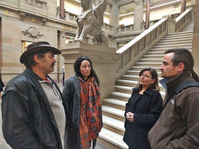 Imène (au centre) et Franck Julich (à droite) doivent répondre de commentaires injurieux publiés sur leur page Facebook (Photo PF / Rue89 Strasbourg / cc)