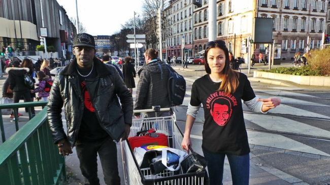 Mansour Ndiaye, fondateur de La Relève de Coluche, fait la connaissance d'Alyzee , nouvelle recrue strasbourgeoise (Photo CG / Rue89 Strasbourg / cc)