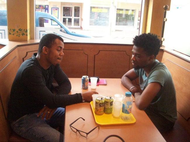 Avec Yasser, un des nombreux jeunes membres de Jeunesses Urbaines, Mustafa s'engage pour les sports, les arts, mais aussi la citoyenneté (Photo DL/Rue 89 Strasbourg/cc)
