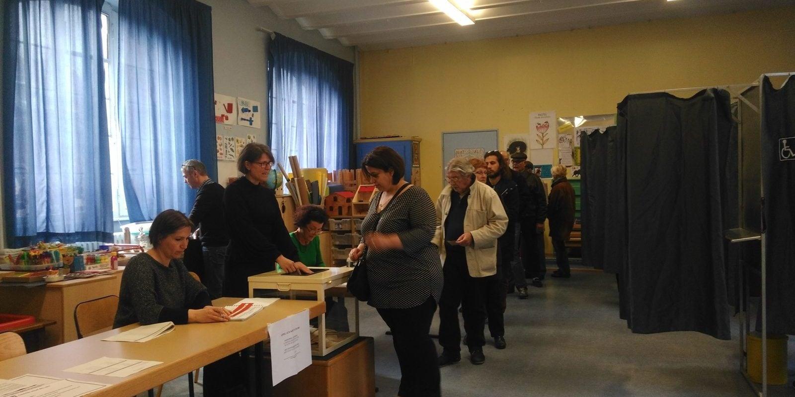 Benoît Hamon, vainqueur d'un scrutin alternatif testé dans un bureau de vote à Strasbourg