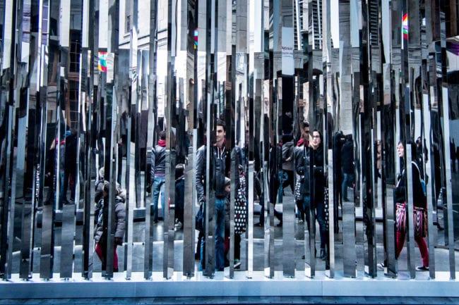 L'oeuvre d'Etienne Rey, Trame, joue avec la perception des espaces