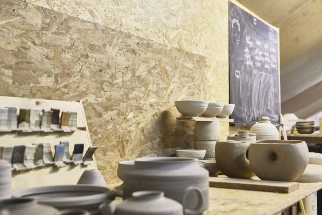 La Hutte Grüber, nouvel atelier d'artistes ouvert en 2017, rassemble peintres, céramistes ou sculpteurs (photo Sarah Dinckel / Ateliers Ouverts)