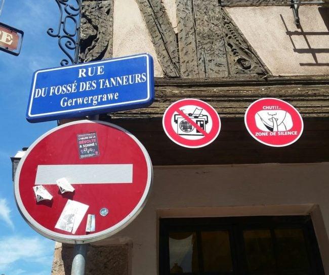 Deux nouveaux panneaux rue du Fossé-des-Tanneurs dont un vise Manu-la-crasse ? (Photo Winston Smith / Facebook / doc remis)