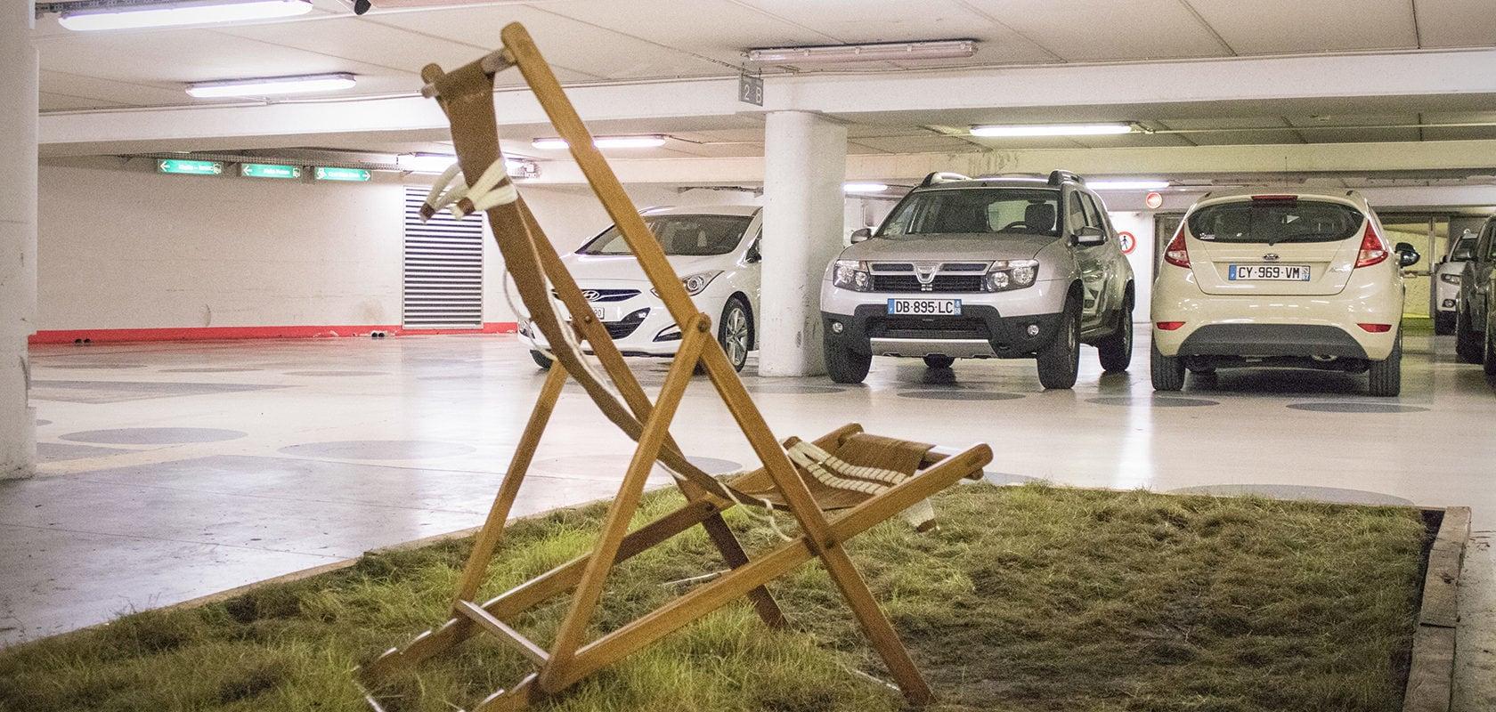 Au parking de la Petite-France, entre deux voitures, tout à coup une oeuvre d'art