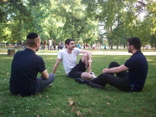 Ronny (au centre) et ses amis ne trouvent pas cela contraignant de concilier religion et vie professionnelle (Photo DL/Rue 89 Strasbourg/ cc)