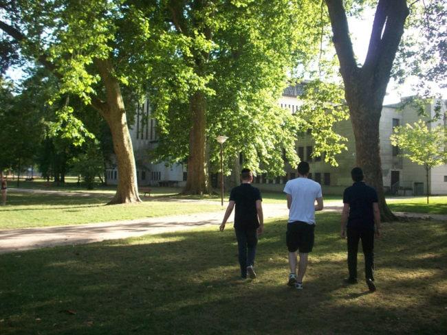 Les trois amis dans le parc des Contades, près de la synagogue. Ronny a déménagé dans le quartier depuis qu'il est devenu plus pratiquant qu'avant. (Photo DL/Rue 89 Strasbourg/cc)