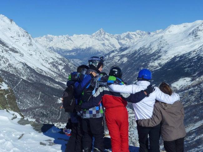Pour Louise, croire en Dieu, c'est avant tout croire en les autres, avec qui elle a partagé des moments particuliers, comme lors du camp de ski annuel (Photo remise / Eglise du Bouclier))