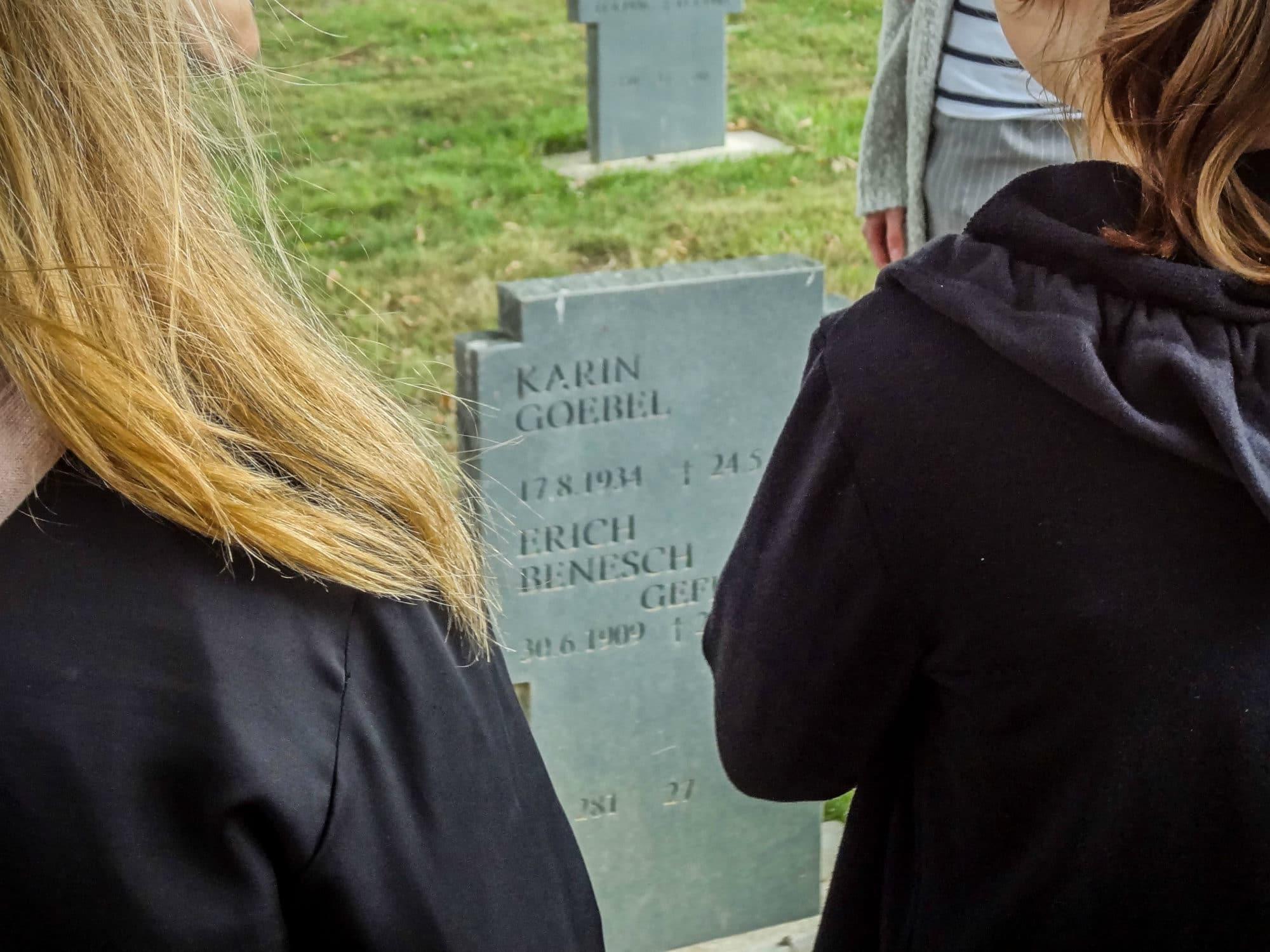 Karin Goebel, tuée par un bombardement à l'âge de 9 ans est enterrée sur le cimetière militaire à la demande de ses proches. (Photo : Fabien Nouvène)