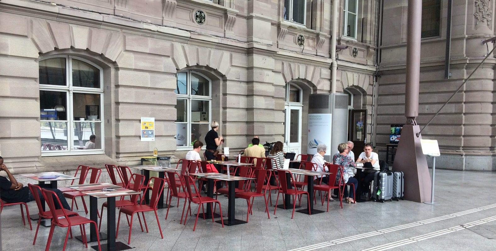 À la gare, les sièges remplacés par des terrasses où l'on peut rester gratuitement