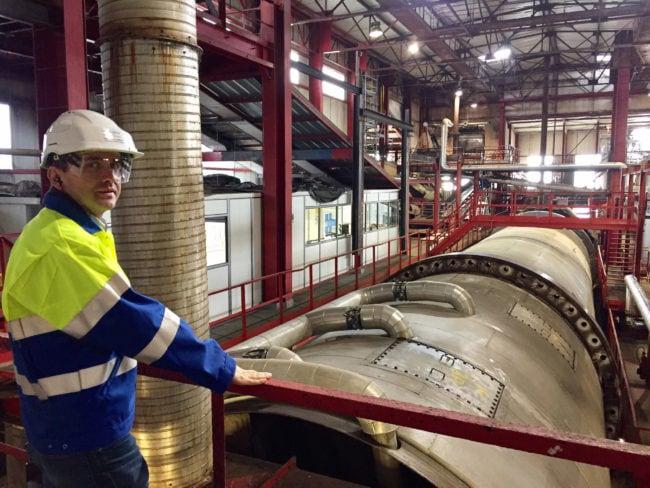 """Stéphane Clément, directeur de la sucrerie d'Erstein, veille sur la """"diffusion"""", l'une des machines les plus importantes de l'usine, qui vient d'être réparée. (Photo CS / Rue89 Strasbourg / cc)"""