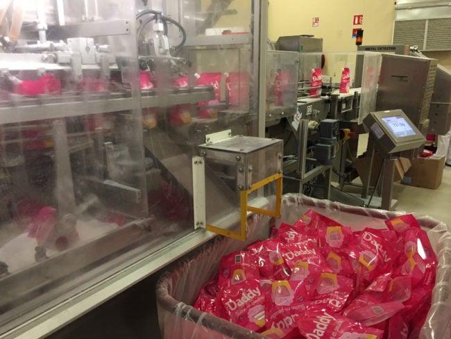 Sur la chaîne de production, les sachets de sucre présentant un défaut sont immédiatement rejetés. (Photo CS / Rue89 Strasbourg / cc)