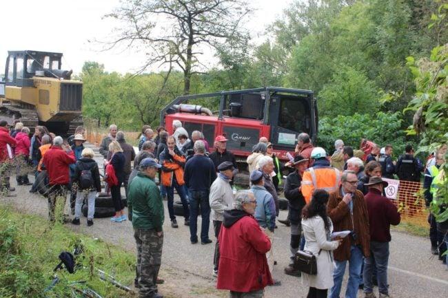 Prévenus grâce à une chaîne de messages téléphoniques, des dizaines d'opposants se sont mis entre les engins et la forêt (Photo JFG / Rue89 Strasbourg / cc)