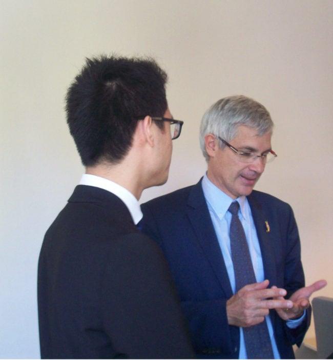 Ici avec son collaborateur parlementaire, le nouveau député s'appuie sur une jeune équipe pour l'aider dans son travail (Photo DL/Rue 89 Strasbourg/cc)