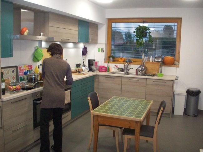 Il y a deux petites maisons dans la communauté de Strasbourg, chacune dotée d'une cuisine moderne où tout le monde peut faire à manger ensemble (Photo DL / Rue 89 Strasbourg / cc)