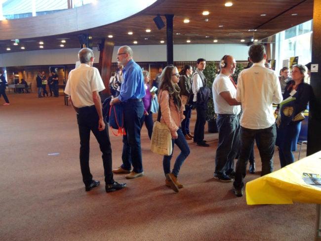 Avant les discours et le vote, les participants s'informent sur les différents ateliers. (Photo Fabien Nouvène)