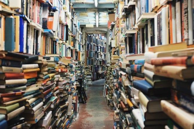 Les bons vieux livres imprimés n'ont pas encore disparus des lycées 4.0... (Photo Visual Hunt / cc)